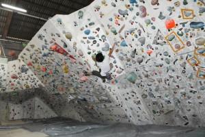 クライミングジムの壁には、ホールドが壁いっぱいにたくさん付いています。